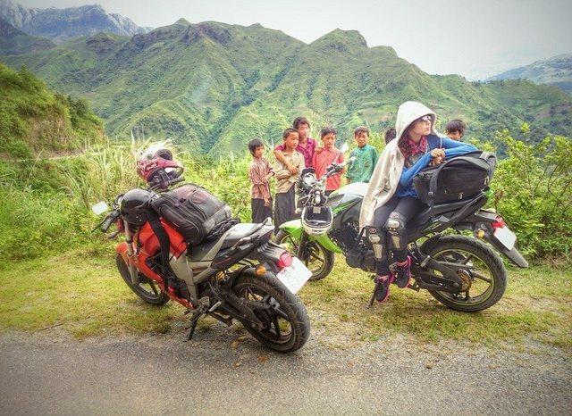 Eine kurze Pause im Tal. Die Gruppe der Kinder war sehr interessiert in unsere Fahrräder.