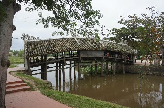 Thanh Toan roofed bridge