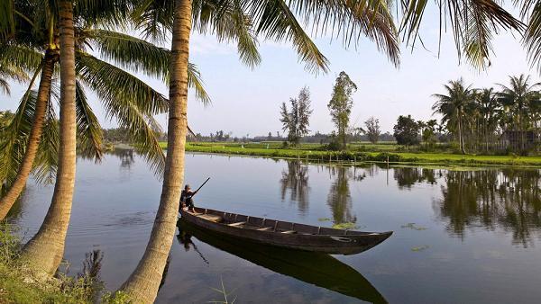 Лодка на реке возле Хойан.