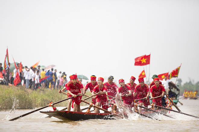 Impressive-boat-racing-in-keo-pogoda-8