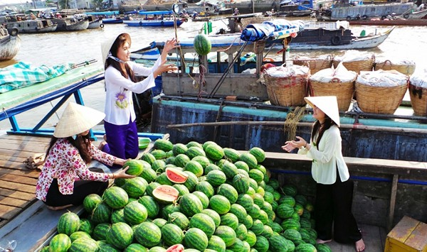 Top 5 attractive floating markets in Vietnam-5