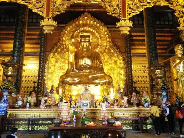 Gilt bronze statues of Asia's largest: 100 ton statue