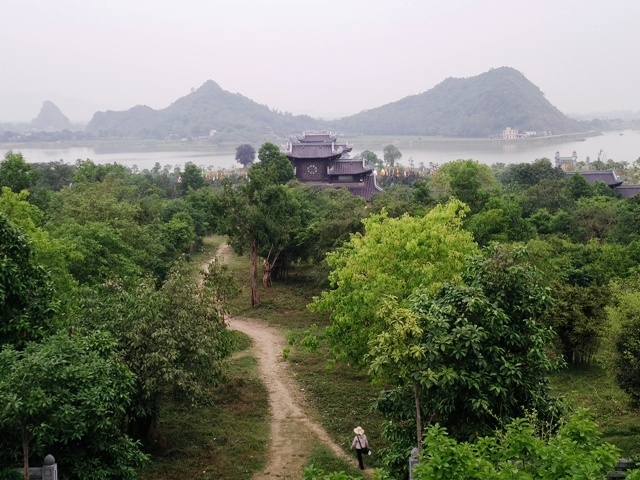 Largest pagoda in Vietnam: total 539 ha (27 ha own ancient temples, pagodas new 80 hectares.)