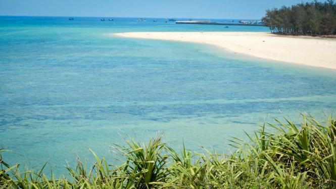 Trieu Duong Bay ist der schönste Strand in Phu Quy Insel für sein sauberes und blaues Wasser und weißen Sand.