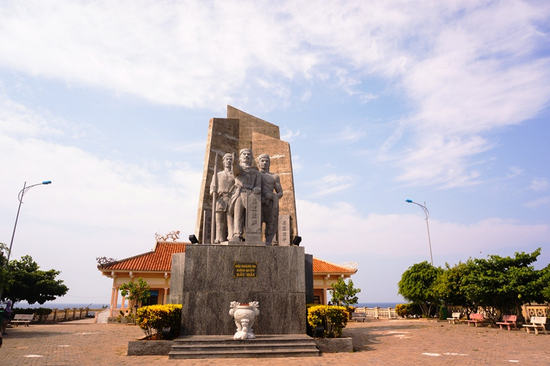 The monument dedicated to the militia heroes of the Hoang Sa Flotilla in the Nguyen Dynasty, who rowed boats to Hoang Sa (Paracel) archipelago to plant sovereign landmarks and defend the islands.