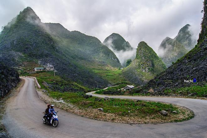 The winding Pai Lung steep before the peak of Ma Pi Leng Pass.