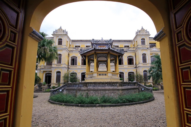 Inside the An Dinh Palace of Bao Dai King-02