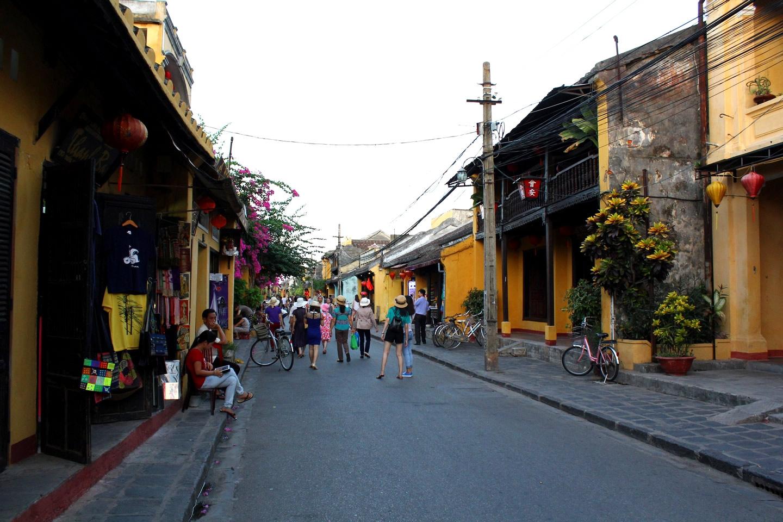 Walk on Hoi An Old Quarter