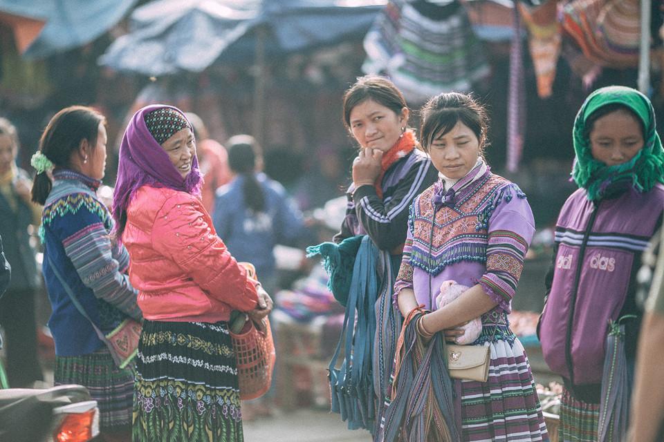 матери и девочки ходят на рынок в своих красочных традиционных